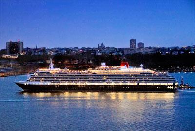 вид морского лайнера в вечернее время