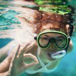 пловец под водой в снаряжении