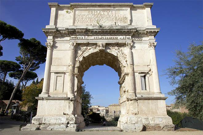 Арка Тита, расположенная на древней Священной дороге (Via Sacra) к юго-востоку от Римского форума