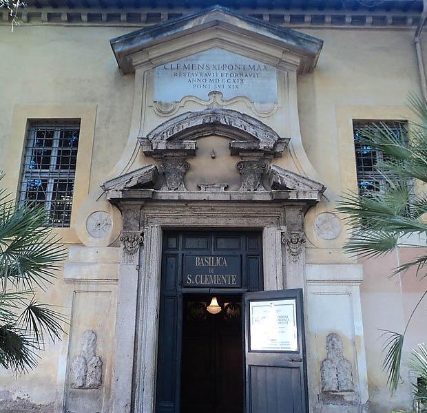 Вход в Базилику Климента в Риме